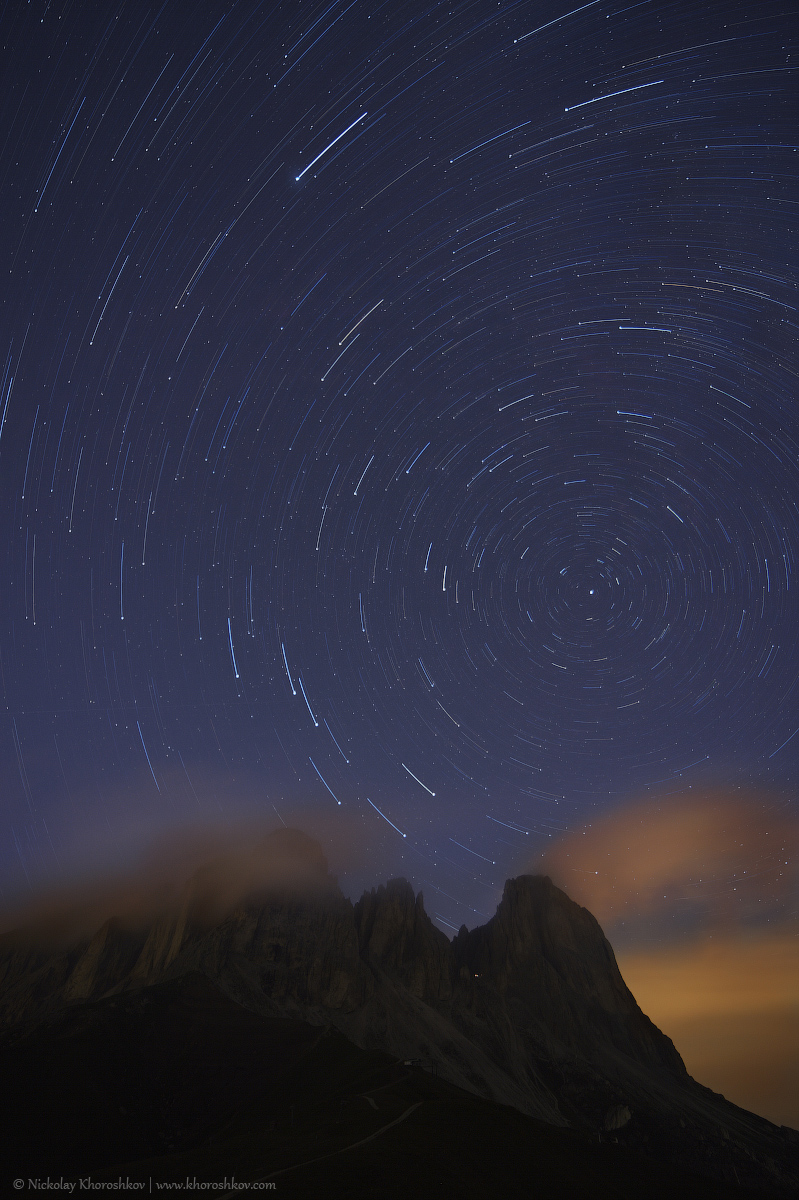 Star tracks over Sassolungo mountain range_2