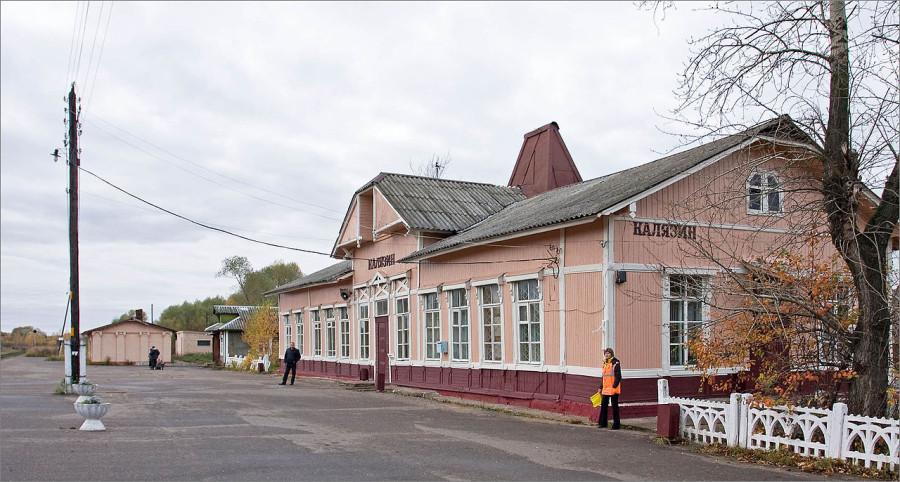 1280px-Kalyazin_railroad_station_(Kalyazin,_Russia)