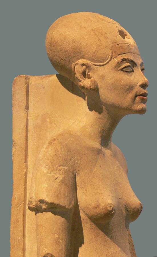 800px-Nefertiti_Standing-striding_Berlin_detail