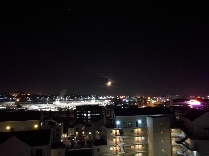 Полночный вид на луну, Tygervalley и неопознанный летающий объект