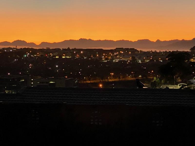 Утренний Tygervalley. И снова вид на горы. Минут через 15-20 над ними появится солнце