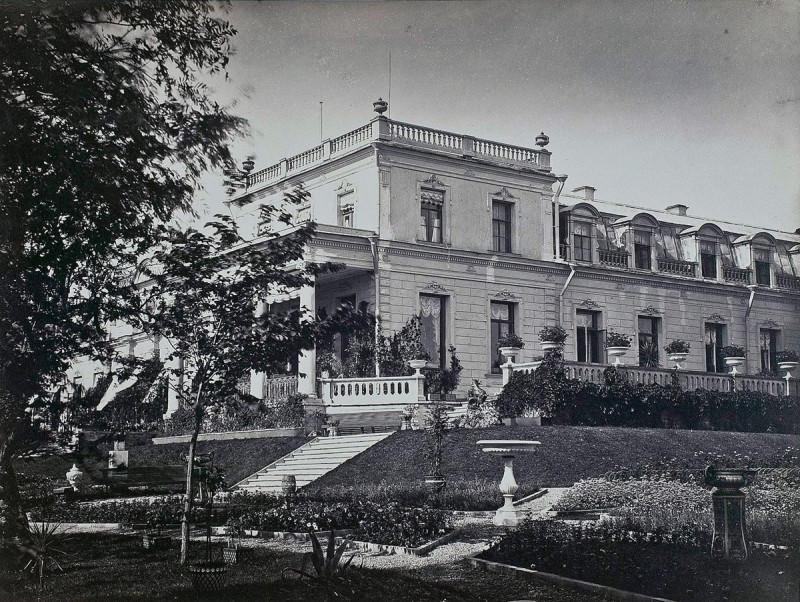 Вид сбоку на главный дом со стороны парка