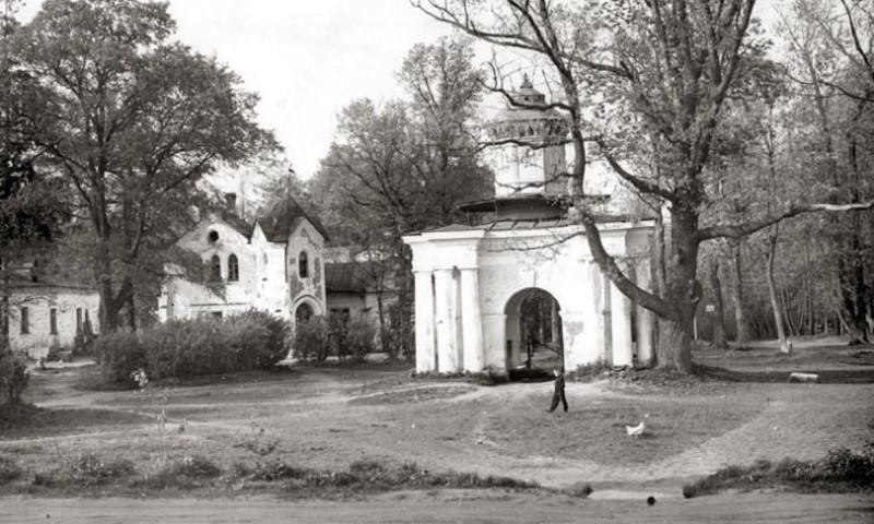 Беседка-голубятня и дом управляющего. Фото советского времени