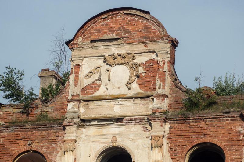 Место герба над главным входом