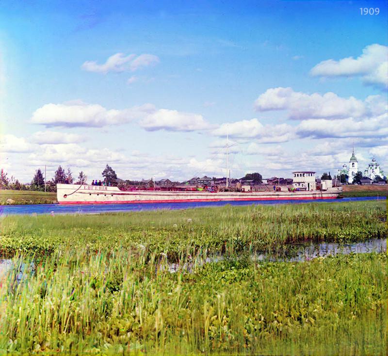 «Наливная баржа бр. Нобель». На заднем плане справа видны церкви Вытегорского погоста.