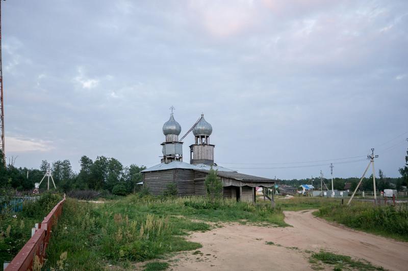 Слева видно ограждение кладбища. Место старой церкви — правее и сильно дальше от этой точки съемки, гораздо ближе к реке