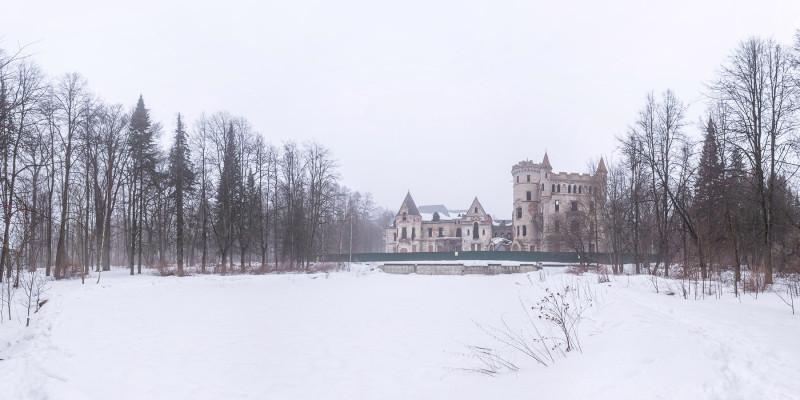 На переднем плане — засыпанный снегом главный парковый бассейн