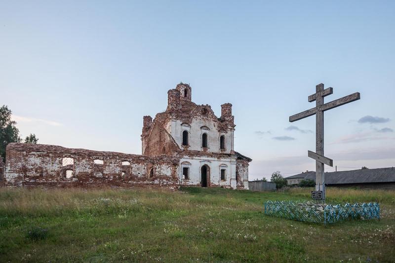 2018 год. Крест на месте Покровской церкви. На заднем плане — остатки церкви Спаса Нерукотворного Образа