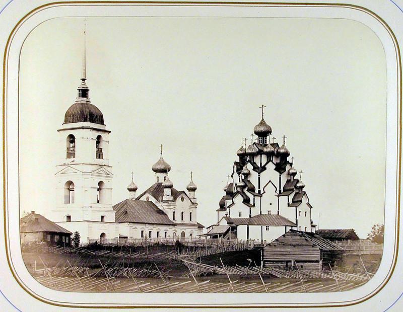 Еще одно фото 1865 года. При сравнении со снимком, сделанным Прокудиным-Горским спустя 45 лет, можно заметить сильную перестройку крыльца и разборку одной главки над ним