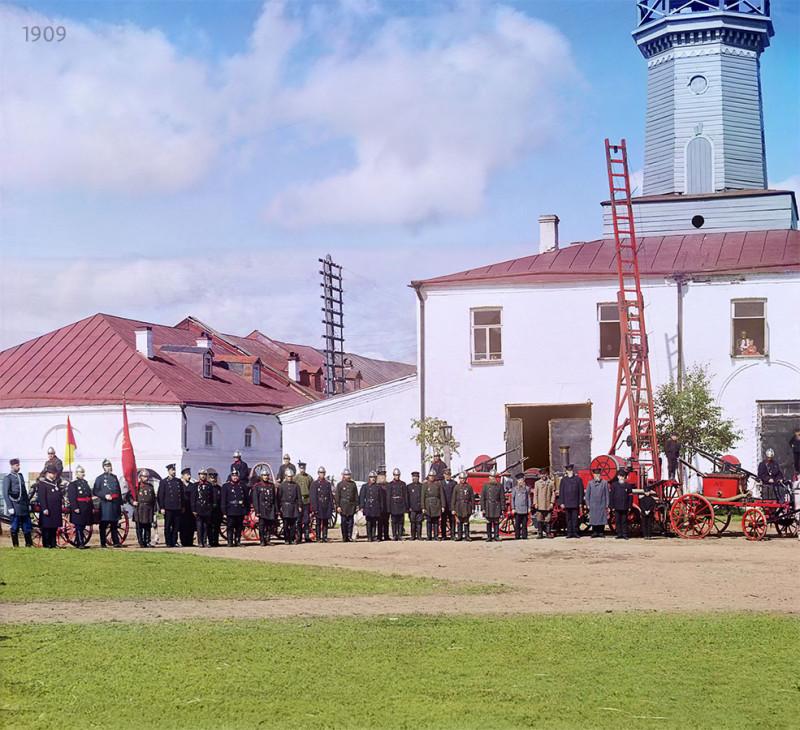 1909 год.  Красный флаг у знаменосца — это флаг городской пожарной команды. Снимок отреставрирован братьями Ходаковскими