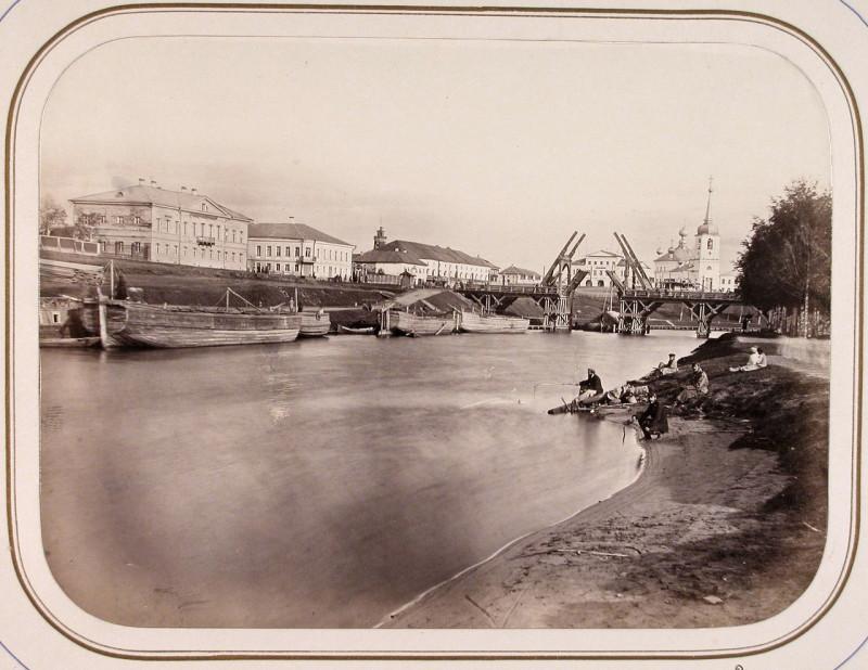Мост разведен, и через него проходит судно. Чуть левее за белыми зданиями видна каланча пожарной части