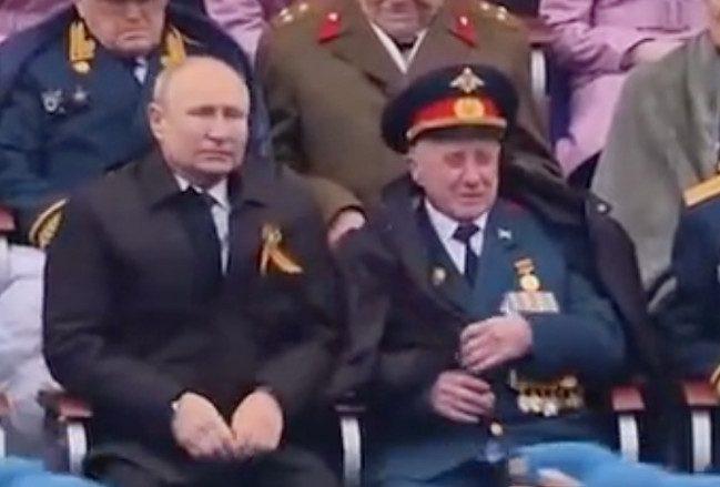 Мошенники ограбили ветерана, сидевшего на параде Победы с Путиным
