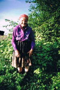 Бабушка в своем саду в Потанино 2004