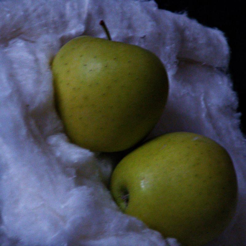 1. Яблоки на снегу зимним вечером.
