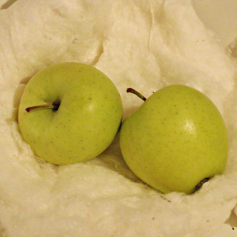 2. Яблоки на снегу зимним днём.