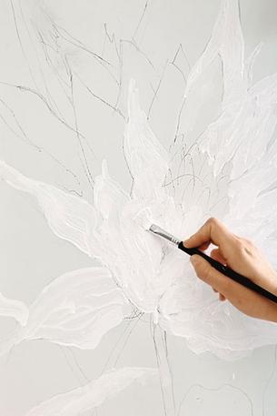 Роспись на холодильнике Шаг 2. Раскрашиваем цветок белой краской