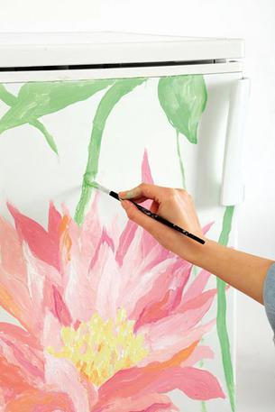 Роспись на холодильнике Шаг 3. Наносим на серединку и лепестки краску разных цветов