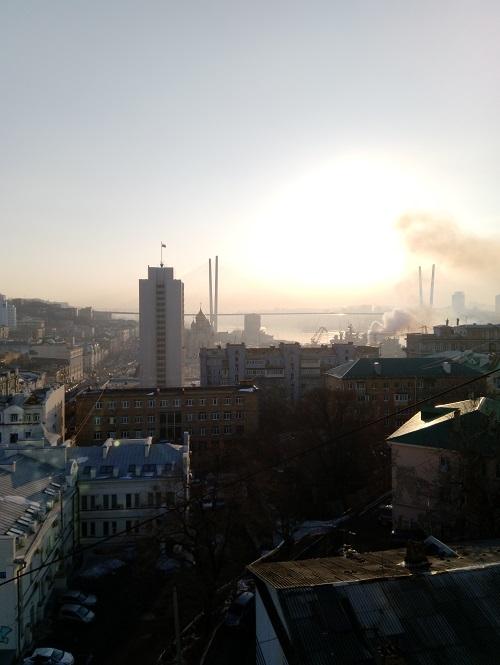 Вид из отеля во Владивостоке на Золотой мост