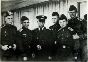 Гагарин с курсантами и Борисом Федоровым