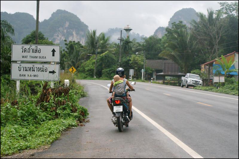 6. Кажется, это была первая поездка с двумя детьми на мопеде. Потом было много дорог Сулавеси, Суматры, Бали, северного Тая и Вьетнама. Тут я еще очень волновалась, что Алисе может неприятно дуть в мордочку