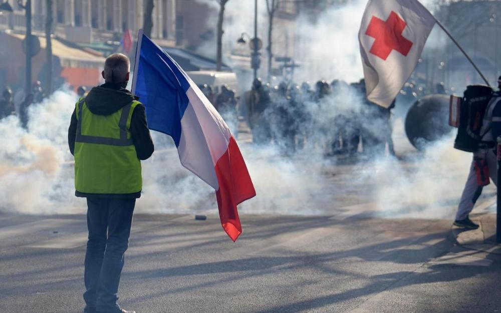 Протестующих душегубят слезоточивым газом в субботу, 16 февраля в Париже. AFP / Эрик Феферберг.