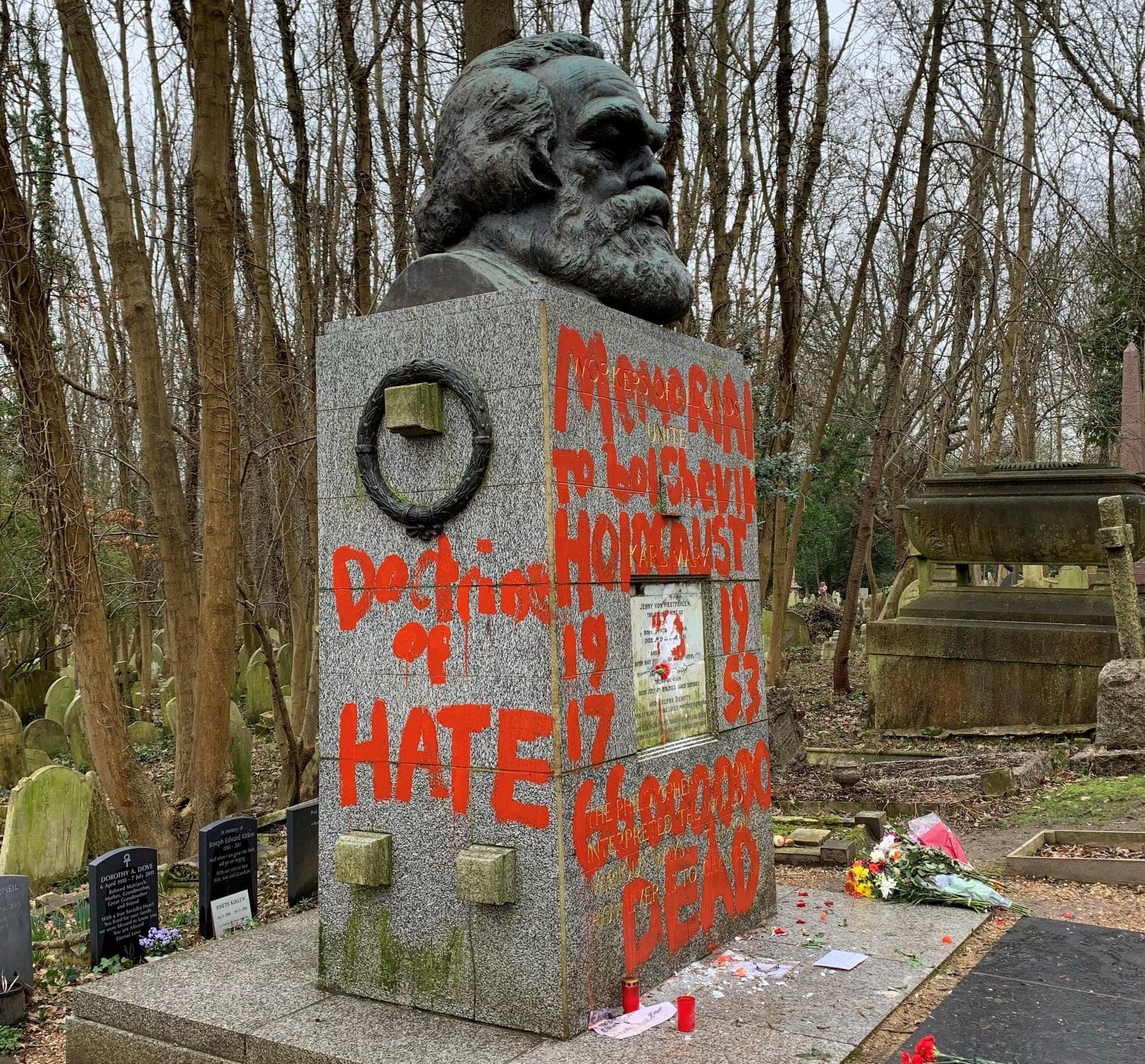 Слова «доктрина ненависти» и «архитектор геноцида» были намалёваны красной краской на памятнике, занесенном в список мемориалов I степени. Фото: Максвелл Blowfield / PA.