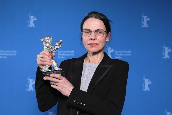 Серебряный Медведь за лучшую режиссуру вручён Ангеле Шанелек за фильмом «Я был дома, но». Фото: DPA.