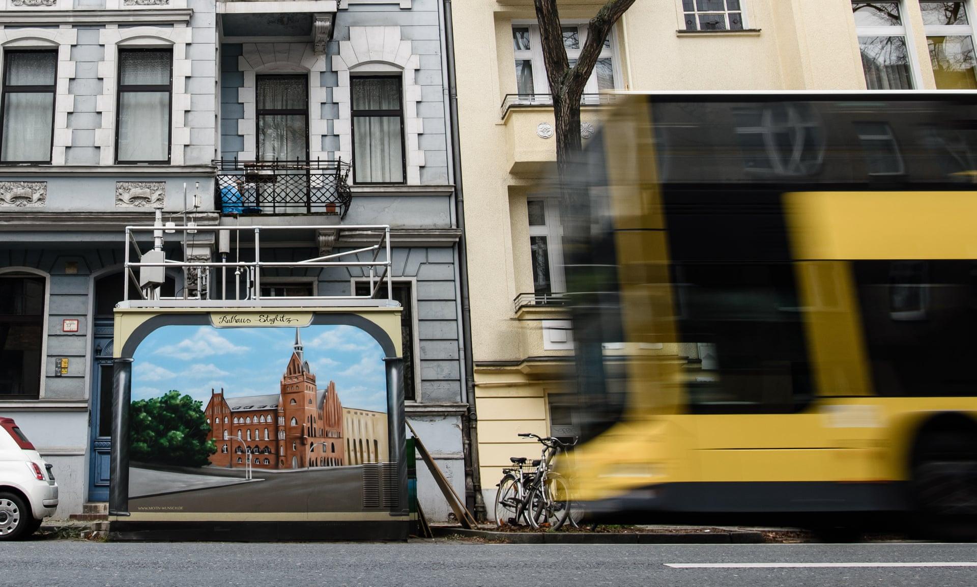 Автобус проезжает мимо станции контроля качества воздуха в Берлине. Фото: Клеменс Билан / EPA.