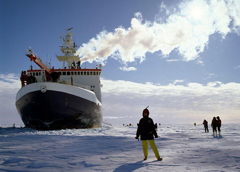 Ледокол и исследовательский корабль «Поларштерн», изображенный здесь во льдах моря Уэдделла, Антарктида, готовится исследовать интригующую экосистему. Предоставлено: Фото Альянс / Фотосессия.