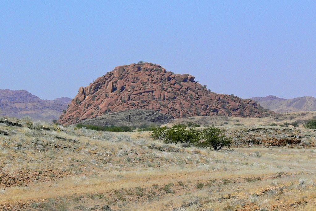 Морены - низкие холмы, образованные горными породами, которые принесены  быстро движущимися льдами в Намибии. Предоставлено университетом Западной Вирджинии.