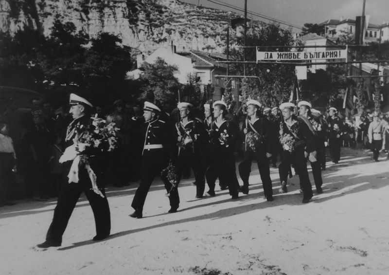 Болгарские морские офицеры и матросы проходят маршем по городу в Южной Добрудже в ходе присоединения региона к Болгарии. 1940 г