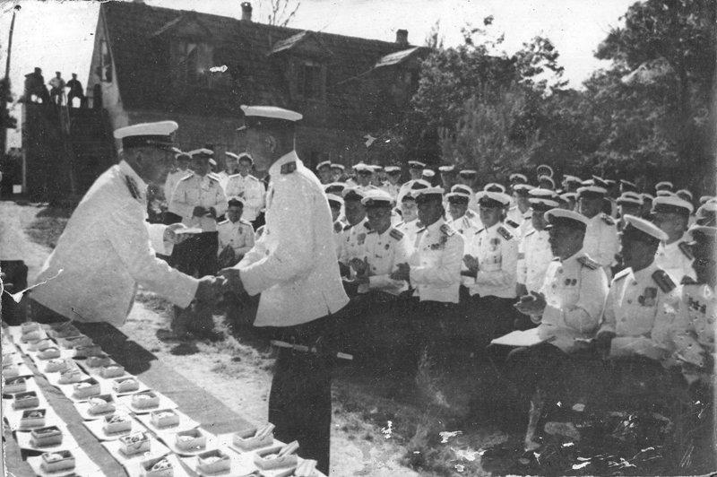 Командующий Черноморским флотом адмирал Октябрьский Филипп Сергеевич вручает награды офицерам-катерникам.