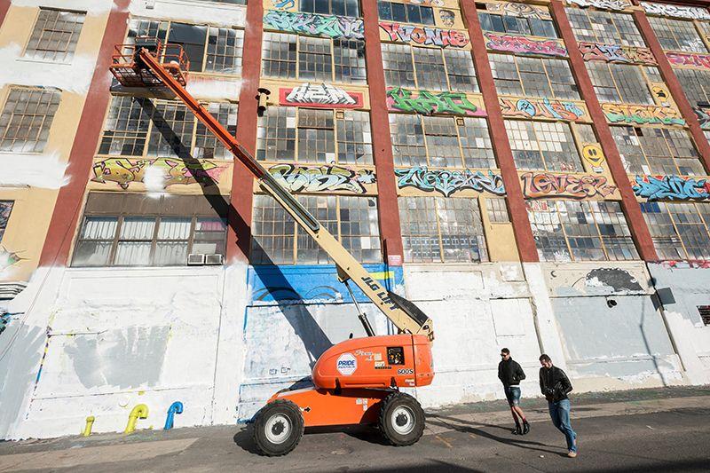 Благоустройство кварталов, например, очистка граффити, может повлиять на поведение людей. Предоставлено: Ричард Левин / Алами.
