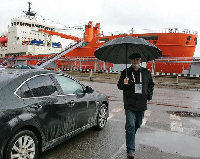 А это я рядом с только что переданным учёным судном «Академик Трёшников» у причальной стенки Адмиралтейских верфей в Петербурге, где он был построен, 10 октября 2011 года.