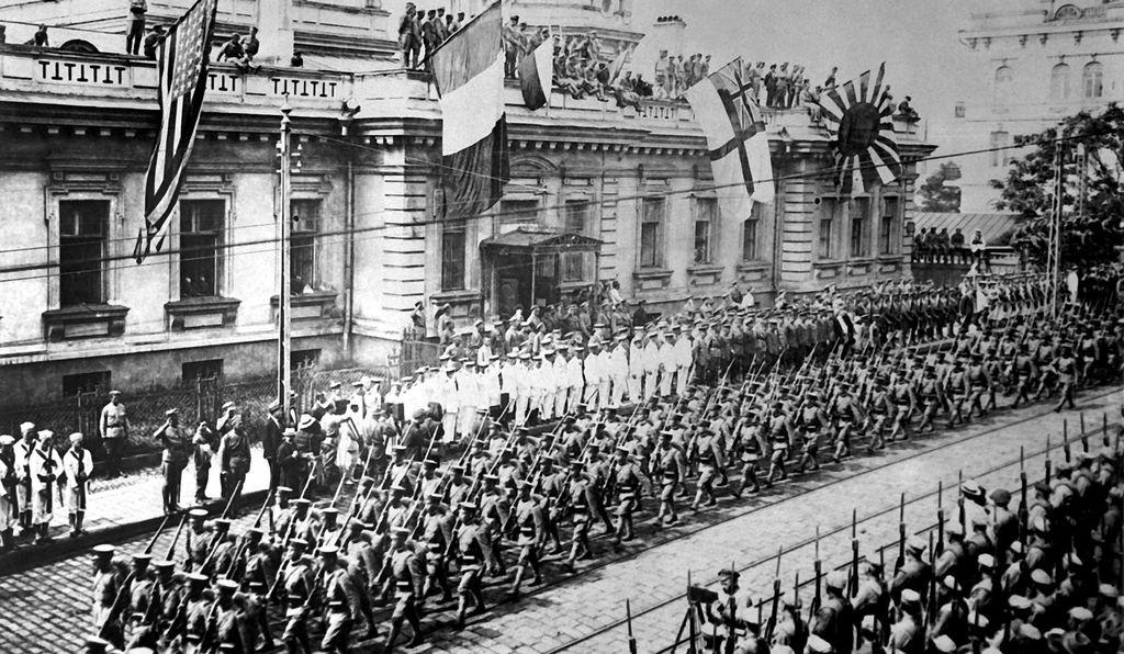 Солдаты и моряки союзников во Владивостоке, Россия, сентябрь 1918 года.