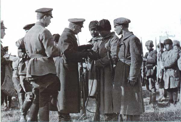 Александр Колчак награждает своих солдат.
