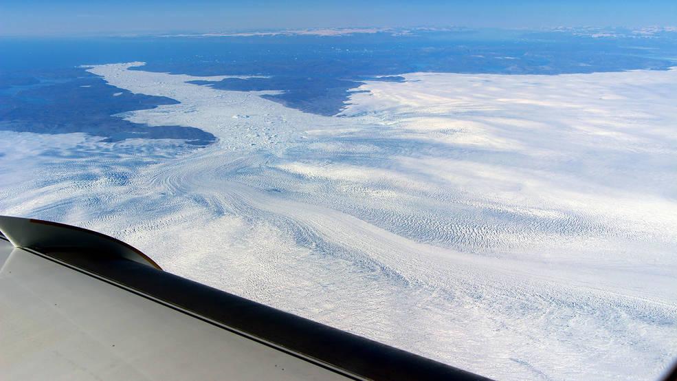 Вид на язык ледника Якобсхавн из окна исследовательского самолета НАСА.