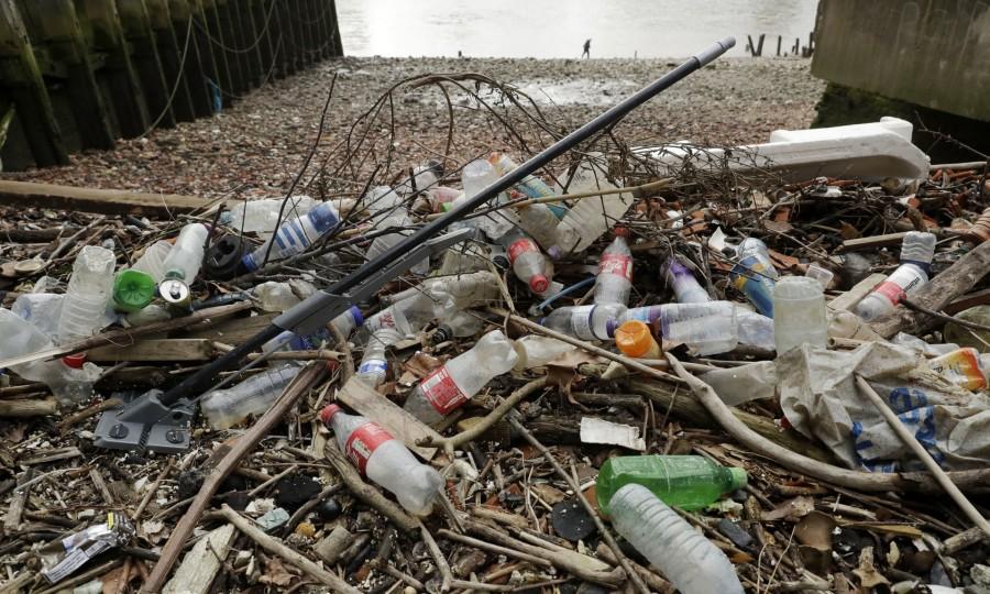 Пластиковый мусор, вынесенный на северный берег реки Темзы в Лондоне. Фото: Мэтт Данхэм / AP.