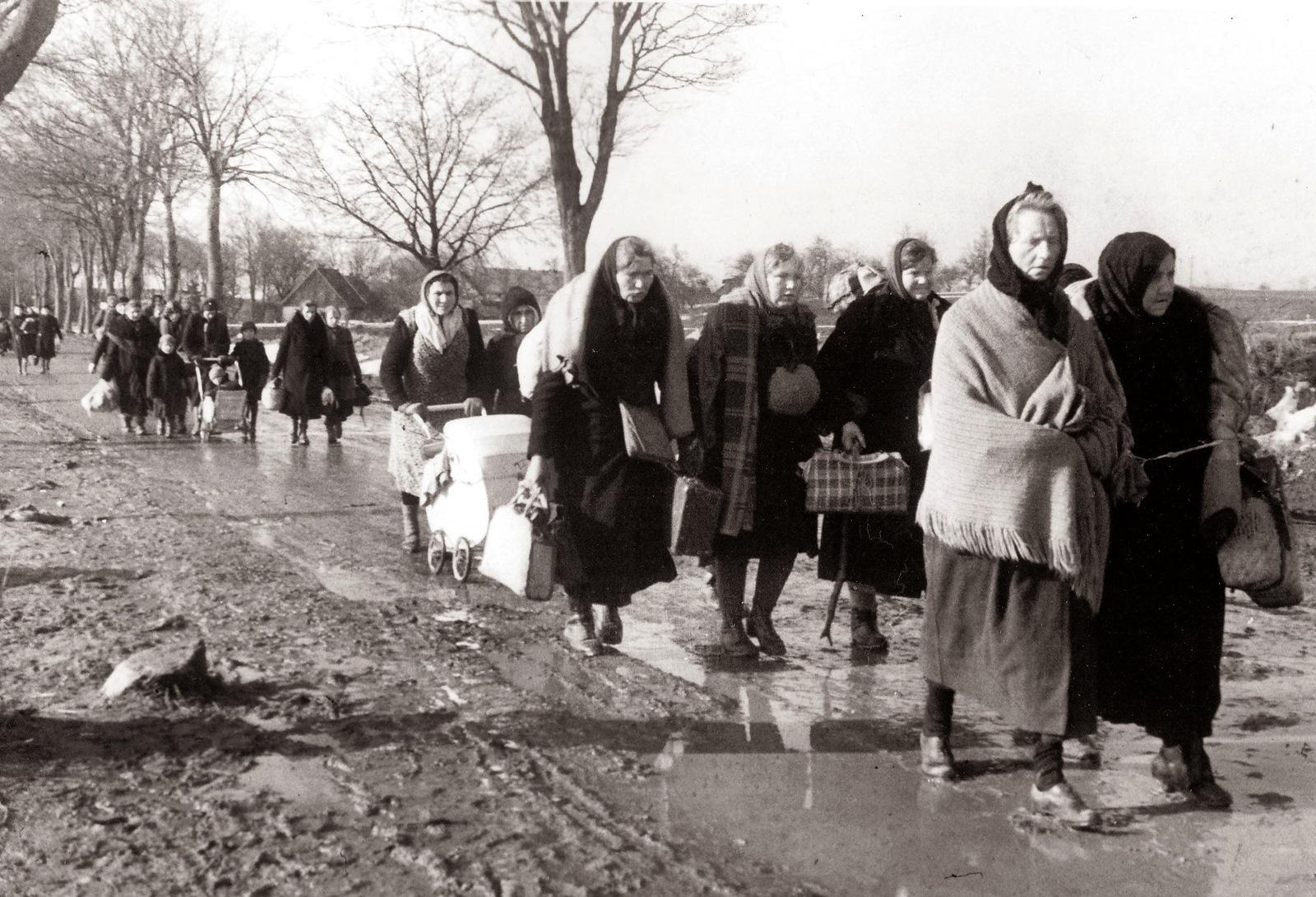 Немецкие женщины и дети возвращаются к своим домам. Восточная Пруссия. 1945 год. Автор Евзерихин Э. Н. РГАКФД