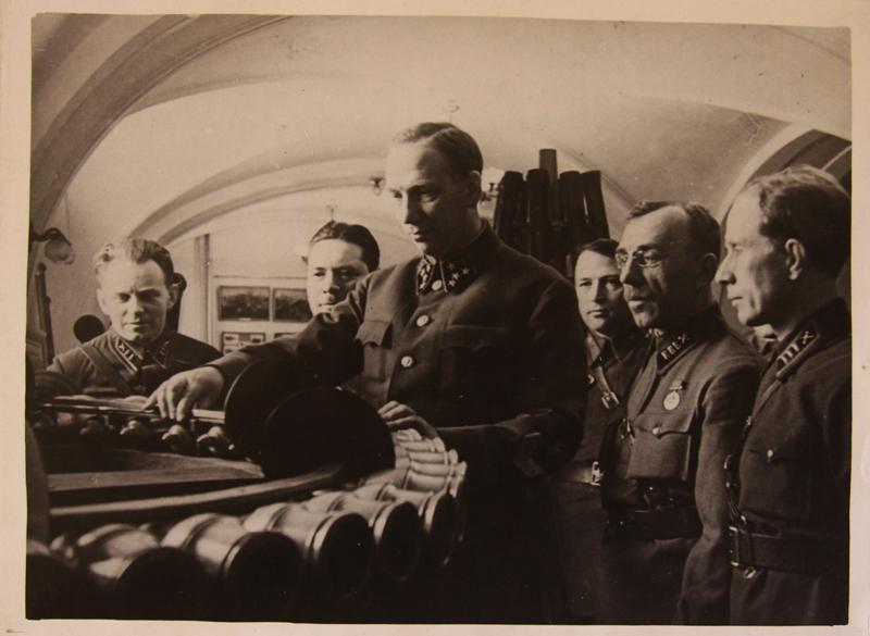 Н.Н. Воронов вАртиллерийском музее перед войной.