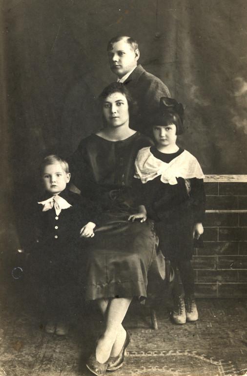 А это всё, что осталось от нашего незабвенного Вовочки. На фото 1927 года моя тётя Паня, её муж, дядя Шура и их дети — справа Лида, а слева — совсем ещё крохотный Вовочка.