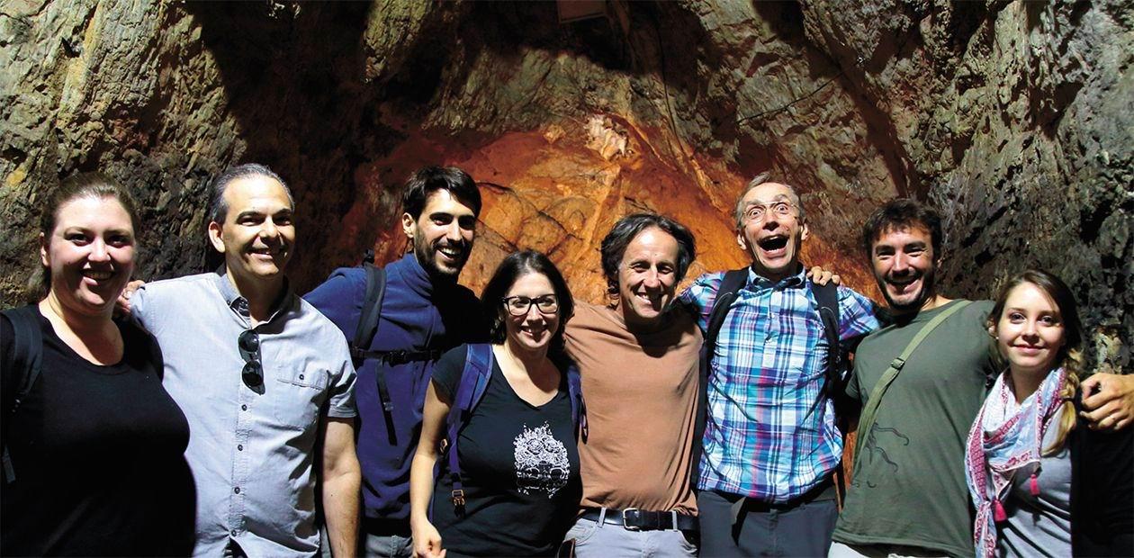 Участники международного симпозиума «Истоки верхнего палеолита в Евразии и эволюция рода Homo» на экскурсии в Денисовой пещере. Горный Алтай, июль 2018 г. Третий слева - и есть Сванте Паабо.