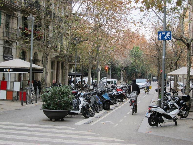 Проезжая часть улицы Enric Granados