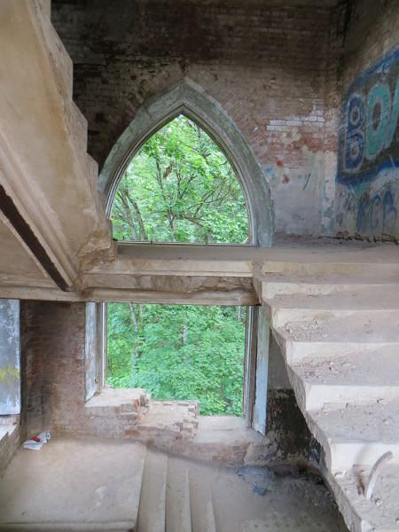 окно меж лестниц