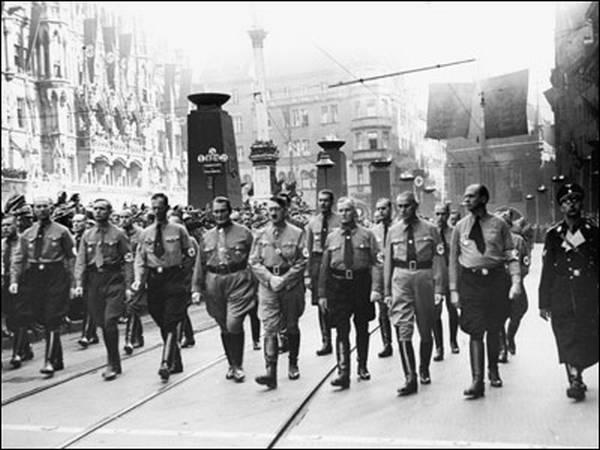 шествие фашистов