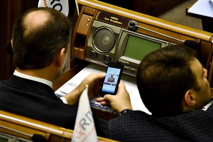 Олег Ляшко разглядывал фото обнаженных мужчин