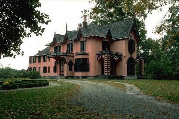 красивый дом из розового кирпича