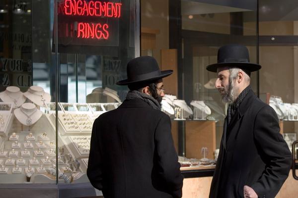 Евреи-ортодоксы у магазина обручальных колец в Нью-Йорке
