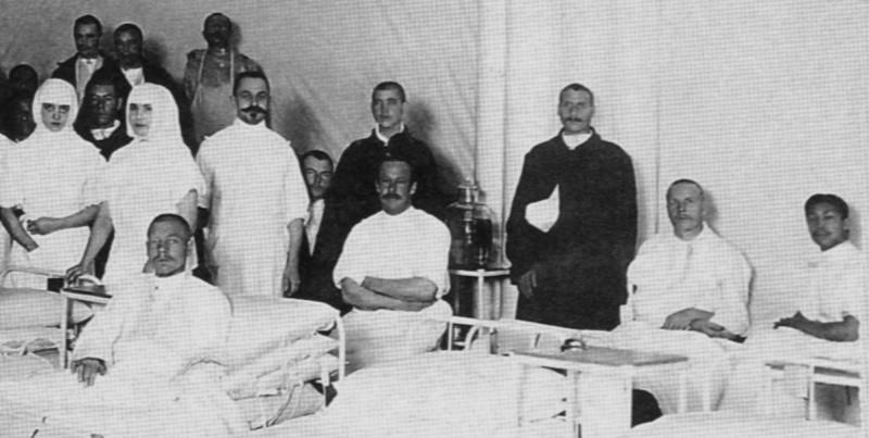 Персонал госпиталя и раненые одной из палат. Сидит крайний справа хирург Вальпокорн; стоит третий справа врач И.А. Тихомиров.
