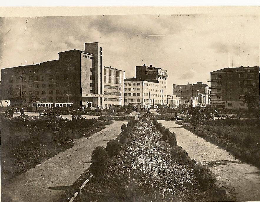Сквер у здания Облисполкома (Союзфото. Берланд) 1936